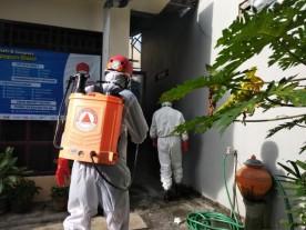 Penyemprotan disinfektan bagi warga yang terdampak Covid19 RW 01