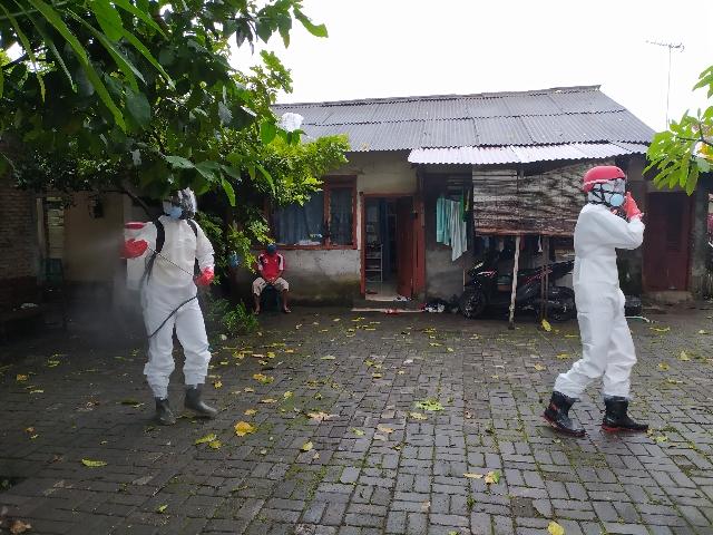 Penyemprotan disinfektan bagi warga yang terdampak Covid19 RW 08