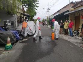 Penyemprotan disinfektan bagi warga yang terdampak Covid19 RW 06