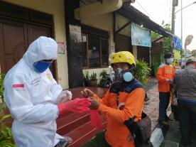Penyemprotan disinfektan bagi warga yang terdampak Covid19 di RW 12 dan RW 16 Kelurahan Panembahan