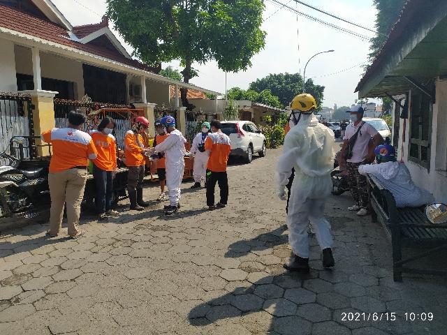 Penyemprotan disinfektan di wilayah RW 15 Kelurahan Panembahan
